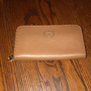 Tory Burch Pebbled leather zippered wallet